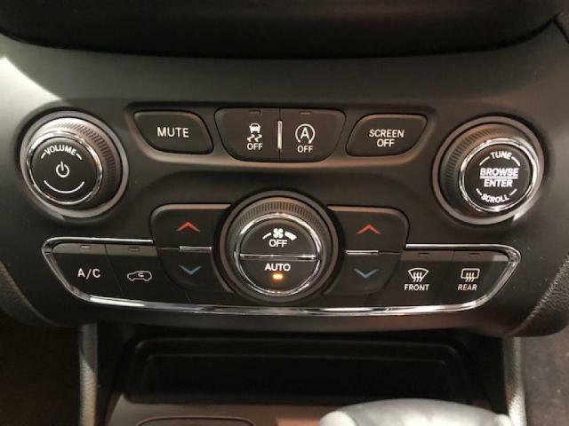 エアコンは、運転席と助手席で温度調整ができ快適にお過ごしいただけます。また、ナビ画面のUconecctからも操作が可能です。