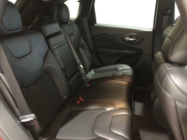 後席は、リクライニング機能で長距離の移動も疲れにくくなっております。
