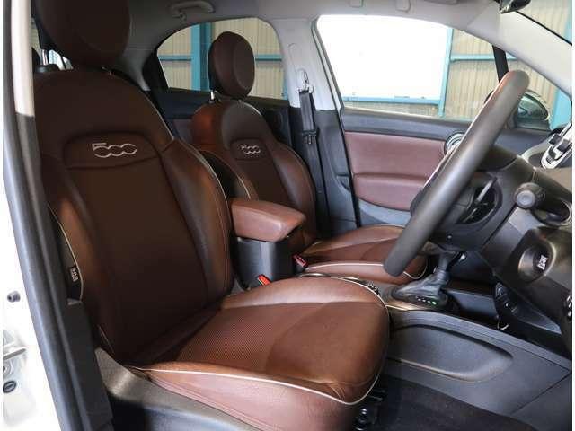 ●専用のブラウン革シートがアクセントとなったお洒落でモダンな車内です♪外装色のボサノバホワイトとの相性もばっちりですね♪