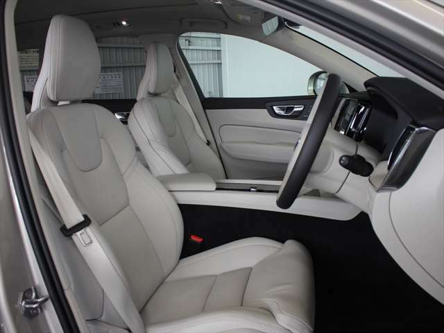 前席は8ウェイパワーシートです ドライバーに最適なシートポジションを作り出せるだけではなく、シートヒーターも装備されているため快適です