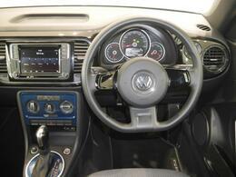 The Beetleらしい丸みを帯びたメーターとステアリング、エアバッグのデザインも特徴的です。