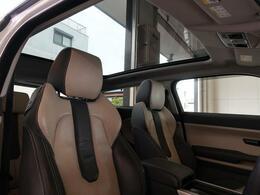 フルガラスパノラミックルーフ。車内に気持ちいい自然光が差し込み、頭上に広がる風景をお楽しみいただけます。快適な車内温度を維持し日差しから乗員とインテリアを守るダークカラーのガラス。電動ブラインド付き!