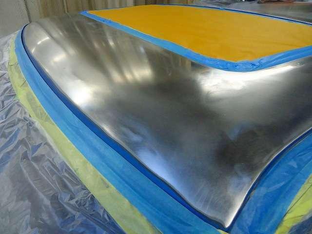 この鈍く光っているのがルーフの鉄板です。これってサビは大丈夫?・・・と思われそうですが、しっかりと錆防止の鉄板処理を施しております。これで全く新しい塗膜の層により新車同等の塗装面を作り出します。