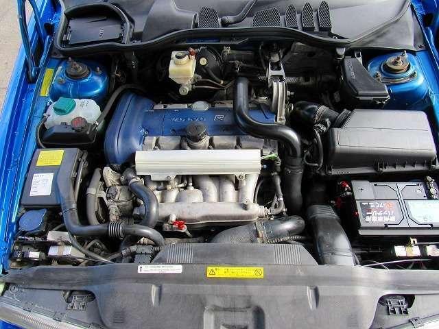 これはエンジンルームの洗浄前ですが、次の画像と比較してください。この段階では既にエンジン内部洗浄(カーボンクリーニング施工)オイルライン洗浄、ATクリーニング施工でパワーと走行性能も復活済みです。