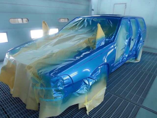 当時の人気色がこのブルーパールでした。復刻車つくりではこの画像にあるようにボディは全て全塗装を施しております。しかも一部パネルには塗膜剥離まで行い、焼付塗装による耐久性能も持たせております。