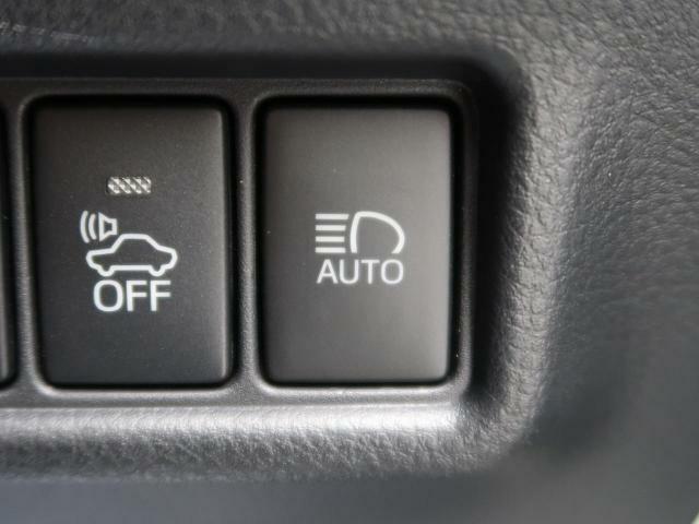 【オートマチックハイビーム】オートマチックハイビーム作動中に対向車のヘッドライトの明かりを感知するとハイビームを自動的にロービームに切り替え、対向車が通り過ぎるとハイビームに切り替える機能です。