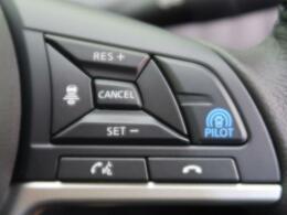 【プロパイロット】 「プロパイロット」は、ドライバーに代わってアクセル、ブレーキ、ステアリングをクルマ側で自動制御。