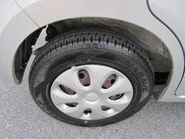 タイヤの溝もバッチリ 純正ホイルキャップが似合ってます