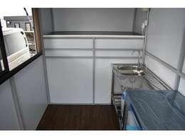 ■室内の調理スペースの高さは198cmもあるので大柄な方でも立って作業できます■内装は仕上げ済みで好みの配置、道具や棚などがおけます■