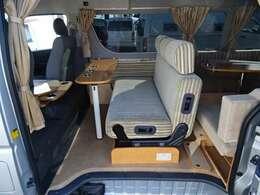 ☆セカンドシート☆キャンピングカーで定番のファスプシートを装備!3名様が前向きで乗車可能になります♪