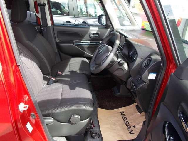 運転席シートには、シートの高さを調節できるシートリフター付きです