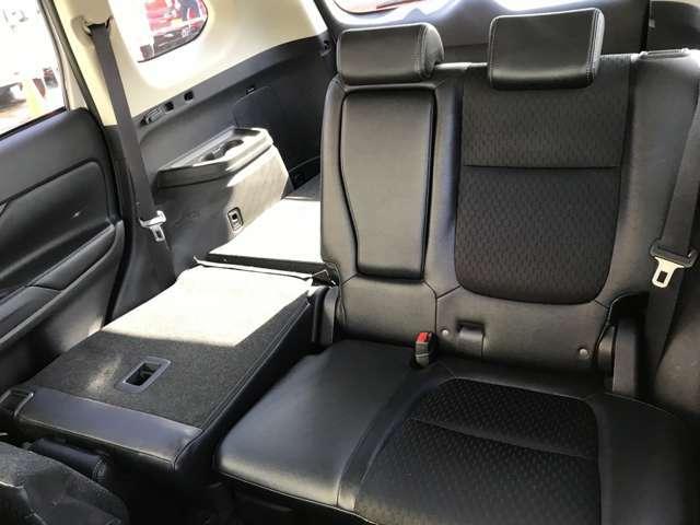 セカンドシートの運転席側の座席を倒すとこんな感じになります♪