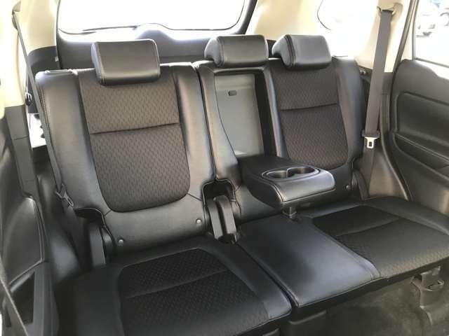 真ん中の座席には、収納できるドリンクホルダーがついています♪