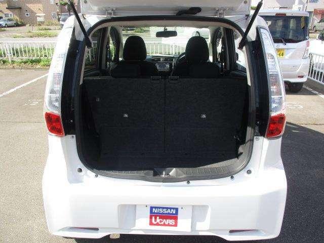 後部座席を倒すとより多くの荷物を積めます!