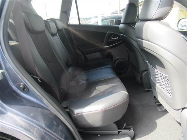 セカンドシートは大人二人が乗っても十分なスペースがしっかりと確保されております。