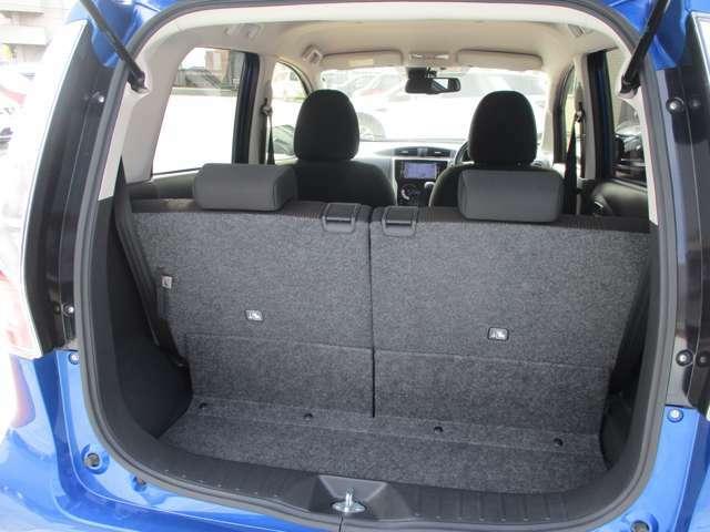 後席が分割で格納できるので、3人乗ってもたくさんの荷物が積めます♪