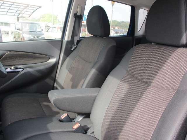 大型のアームレスト装備で長距離ドライブを快適にサポート。