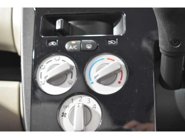 手を少し伸ばすだけでエアコン操作ができ、さらに足元のスペースにも余裕が生まれます。