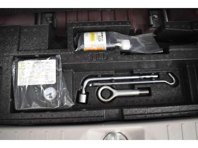 ラゲッジアンダーボックス付きラゲッジルーム/パンク応急修理キット(スペアタイヤはありません)