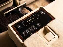 ★後席もVIP装備!後席センターコンソールの画像です!こちらのお車には、後席にもパワーシートが装備されています!更にオーディオなども後席から操作出来るなど豪華!ゲストに喜んで頂ける装備ですね!
