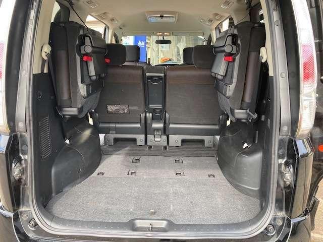 広くフラットな荷室です♪ゴルフバッグやベビーカー等大きな荷物も楽々積込可能です♪お仕事等にも使い勝手のいい1台です!