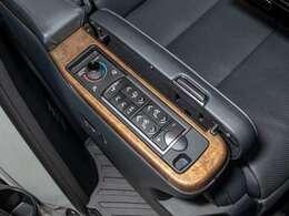 エグゼクティブラウンジシートは、パワーシートは勿論、シートヒーター・エアシート完備!更にシートメモリー機能も搭載しております!