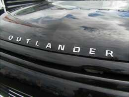 エンジンフードエンブレム OUTLANDERの力強い英文字がSUVとしての個性をアピールし、フロントビューを印象づけます!