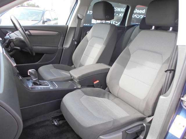 使用感のない非常にキレイな座席シートです!とても頑丈に作られていて、万が一の時も大切な乗車人を守ってくれます。また少し固めなこのシートは長距離のロングドライブでも疲労感がなく腰痛持ちの方にも好評です!