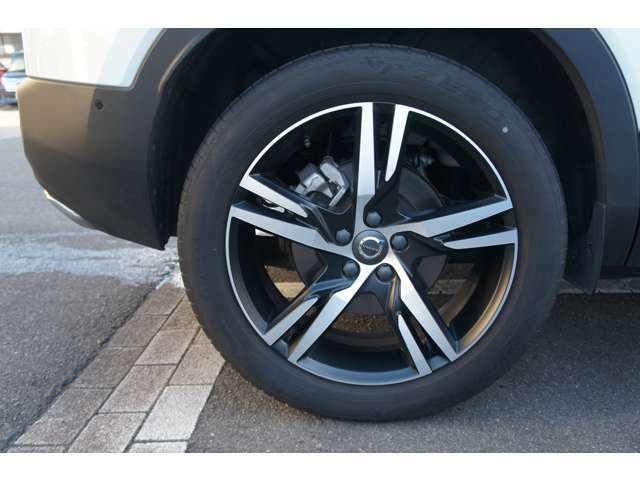 右リアホイル。タイヤは「ピレリ P-ZERO」235/50R19を装着