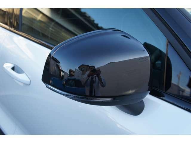 ドアミラー内側にBLIS(ブラインドスポットインフォメーションシステム)の警告灯が付いております。ドアミラーの死角に車が居ると点灯します。隣の車に接触、被せる事を防ぎ無用のトラブルを未然に抑えます。