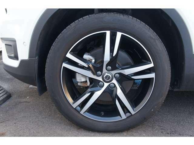 左フロントホイル。タイヤの残り溝はフロント・リア共6分山ございます。各ホイルにもダメージは無く綺麗な状態でございます。