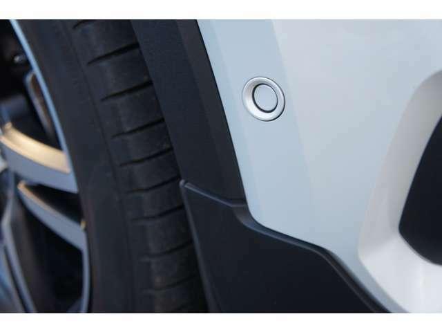 障害物センサーも前後に6つ搭載。うっかり接触だけでなく、巻き込みによる損傷にも警告音でお知らせしてくれます。更に、縦列・並列駐車対応のパークアシストパイロットも搭載。初心者でも駐車安心!