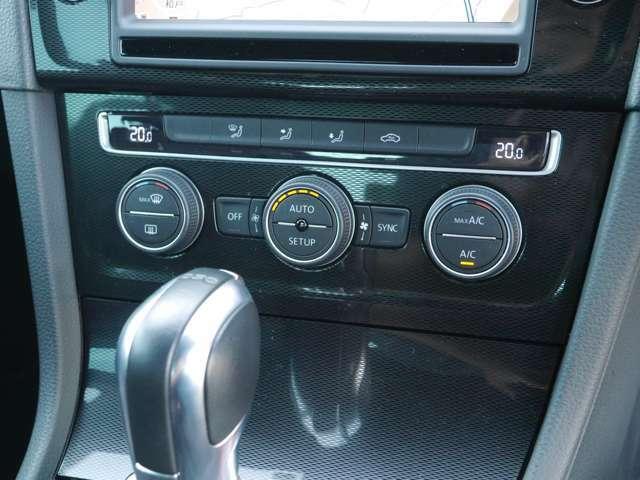 便利なデュアルオートエアコン装備。アイドリングストップ装備。