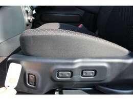 助手席の回転と昇降は、シート左のスイッチかリモコンで操作します。前後のスライドと背もたれのリクライニングも電動です。