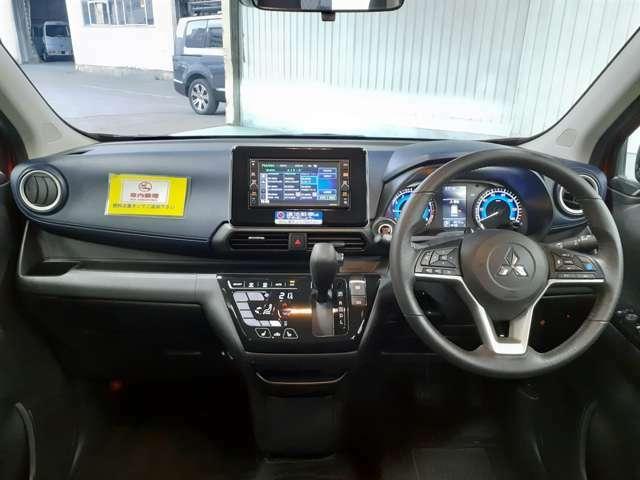 ブラック×ネイビーのクールな内装です。フロントガラスは見開き角が広く、運転席からも見やすいです!