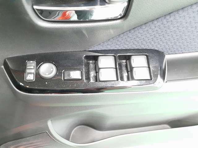 運転席はオートウインドウ付きでとても便利です!運転席から窓をロックすることが可能なので小さいお子様がいるご家庭には安心の機能です!