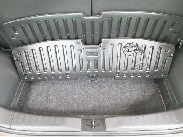 ラゲッジフロアボードの下にも収納スペースがあります!