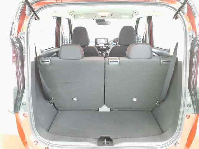 4名乗車でも荷室は十分ですが、リヤシート中央にあるレバーでシートを前後にスライドさせて、荷室を広げることが出来ます!