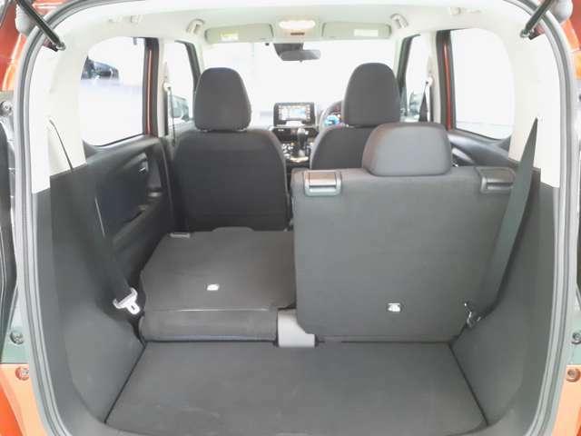 後席は左右独立で倒すことが出来ます!乗車人数や荷物の大きさによってアレンジすることが可能な為非常に使いやすい機能です♪
