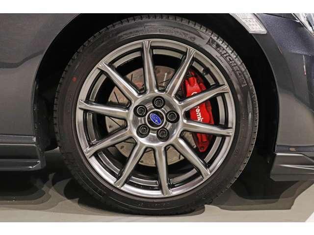 【bremboブレーキ】brembo製4ポッドブレーキ、スリットローターディスク純正装備車両です。