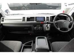 Wエアバッグ/ABS/キーレス/イモビライザー/アクセサリーコンセント×2(AC100V)/フロントオートエアコン/リヤクーラー/リヤヒーター/純正フロアマットが装備されています。