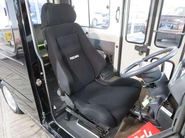 運転席はレカロセミバケットシート。