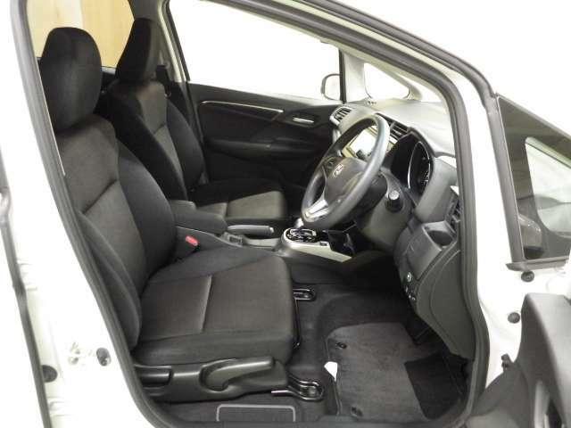 運転席には座面の高さ調整が出来るハイトアジャスターが付いており、目線の高さをお好みで変えられます。