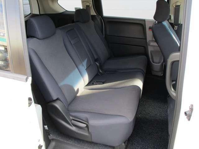 リヤシートもスペース確保されており快適空間☆