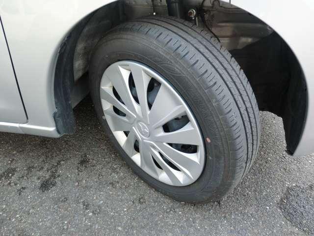 タイヤ溝残量4mmでタイヤ自体のひび割れなどもありません。