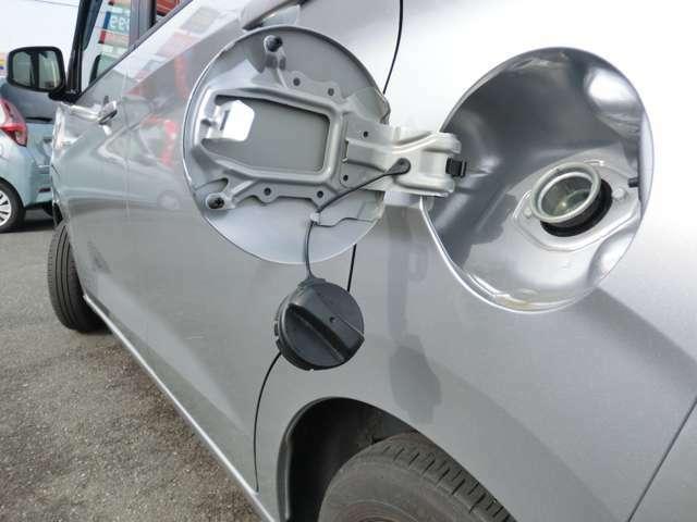 給油キャップは車体と連結されており閉め忘れることはありません。セルフ給油の時も安心です。