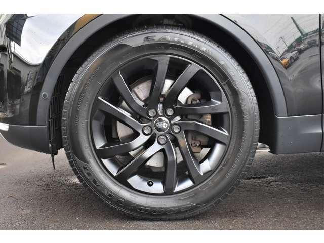 力強い10スポーク・スプリットデザインの20インチアルミホイール&タイヤ。乗員の快適施さを犠牲にすることなく高いロードホールディング性能を誇り、シーンを選ばず高い動力性能を発揮してくれます。