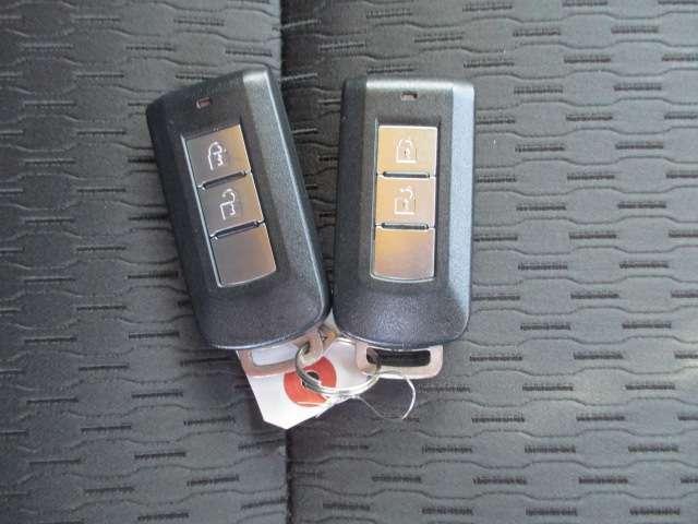 今や欠かせないアイテムとなった キーレス。もちろん付いています。 直接キーを差し込まなくてもドアの 施錠・開錠が出来ます。ハザード ランプが連動して光ってくれるのも 確認しやすくていいですよね。