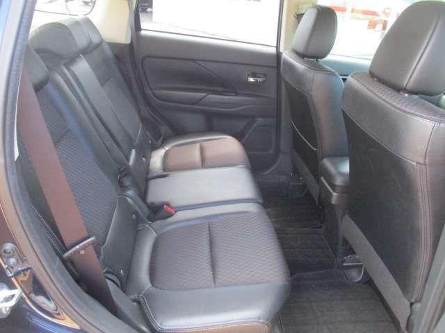 後部座席はプライバシーガラスで す。断熱効果があるので、日光に よる車内温度の上昇を防いでくれ ます。その為、夏場のエアコンは 効きが良くなり、快適に過ごせま す