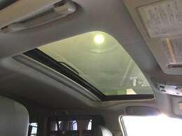 【 サンルーフ 】解放感溢れるムーンルーフ♪車内には爽やかな風や太陽の穏やかな光が差し込みます♪